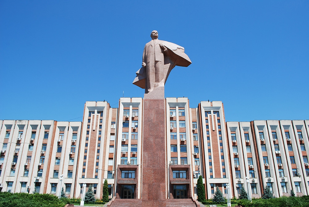 A statue of Lenin in front of the Transnistrian parliament building